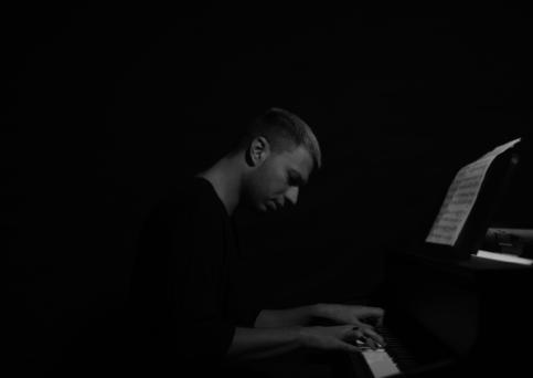 ALESSANDRO MARTINELLI (Alex Mine) pubblica il trailer di Past and Present, un salto dalla techno al piano solo